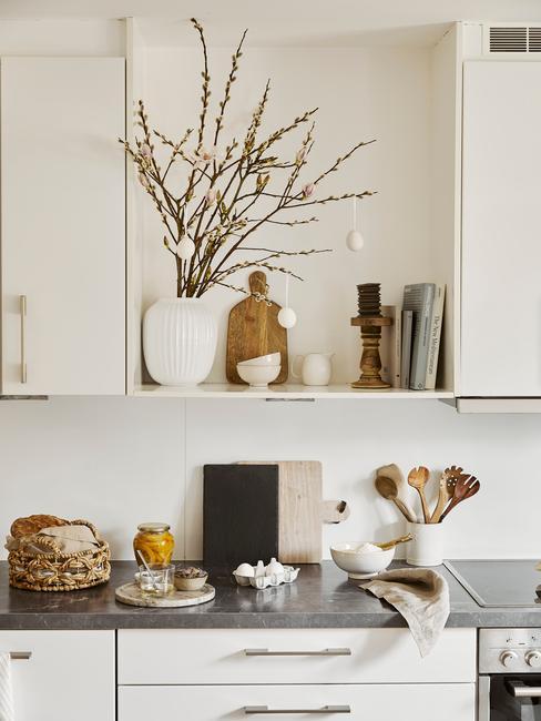 Keuken in moderne stijl met paasdecoratie