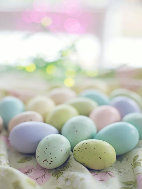 gekleurde eieren in de mand