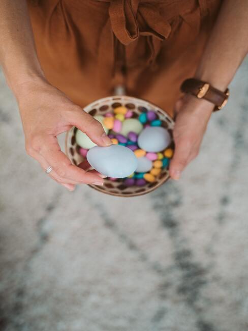 gekleurde eieren in een kom