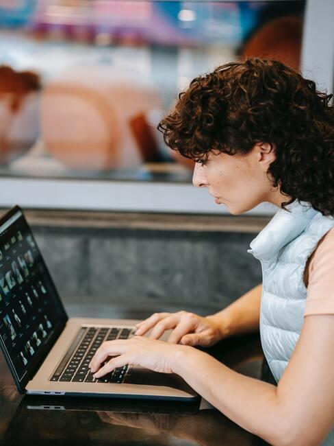 Dame achter laptop