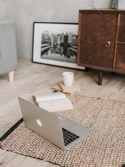 Laptop op tapijt
