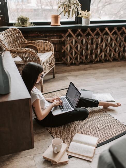 Dame met laptop op de grond