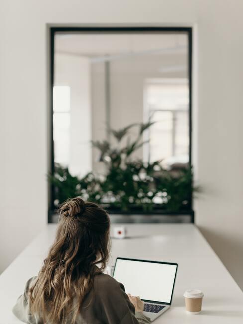 Werken achter de laptop vanaf bureau