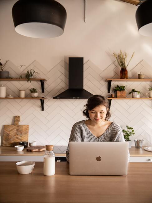 Werken achter de laptop vanaf de keukentafel