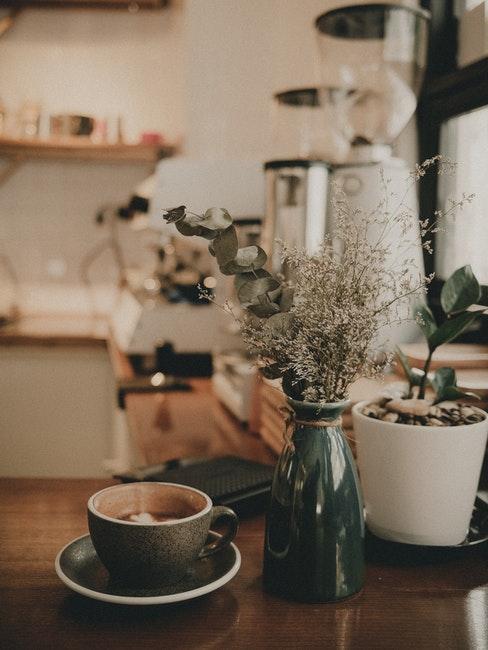 Keuken in landelijke stijl met vaas en koffiekopje op het aanrechtblad