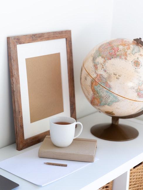 Decoratieve objecten op sideboard in wit