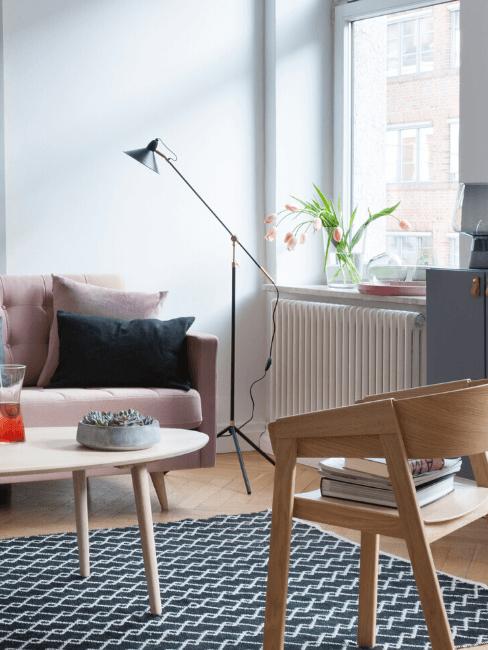 Woonkamer met roze zitbank en witte radiator