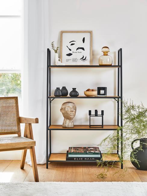 Boekenkast in zwart met houten planken