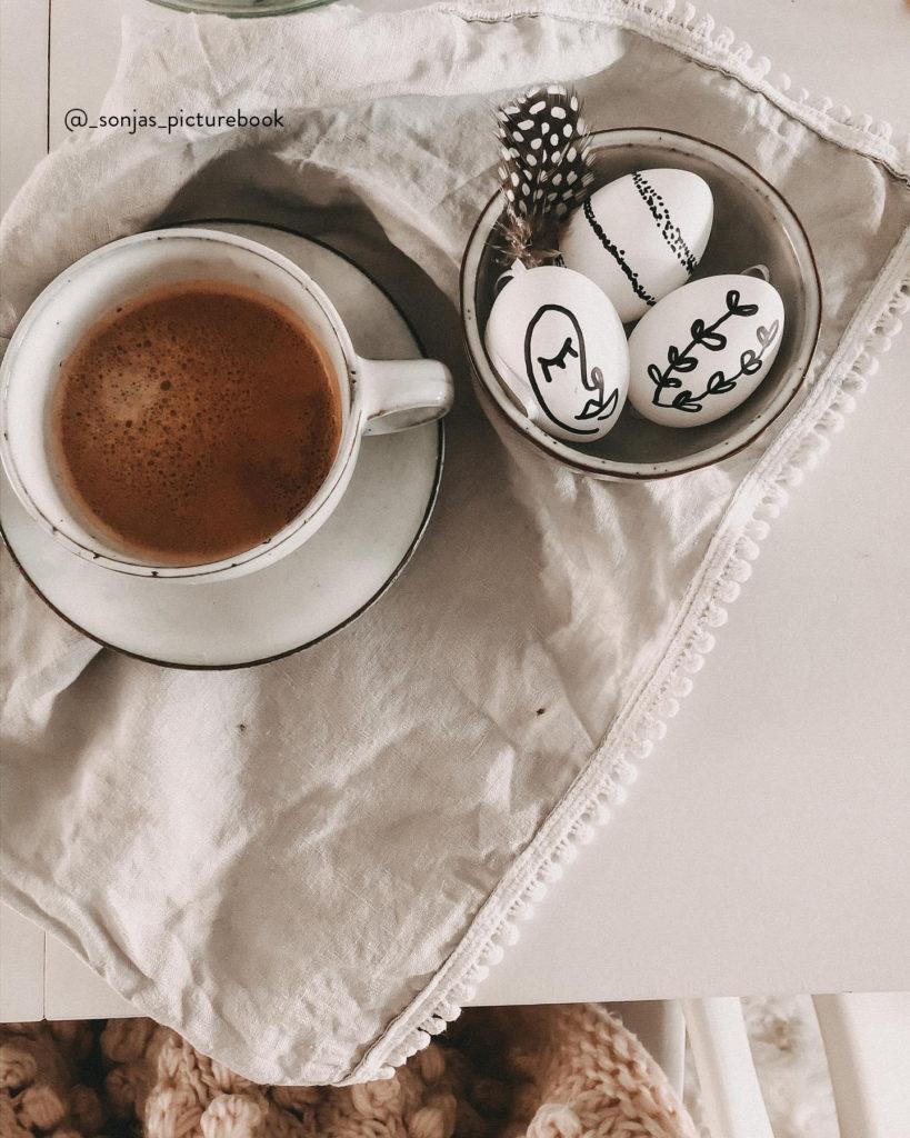 Kop koffie met een bakje eieren geschilderd met line art