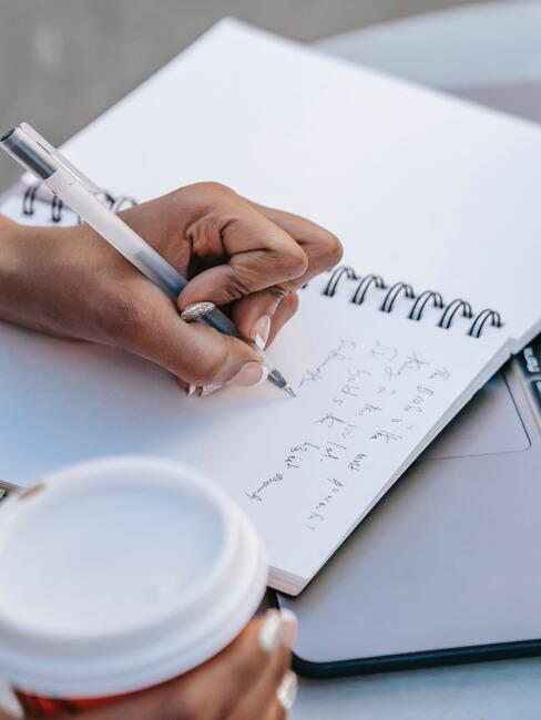 Vrouw schrijft tekst in blocnote