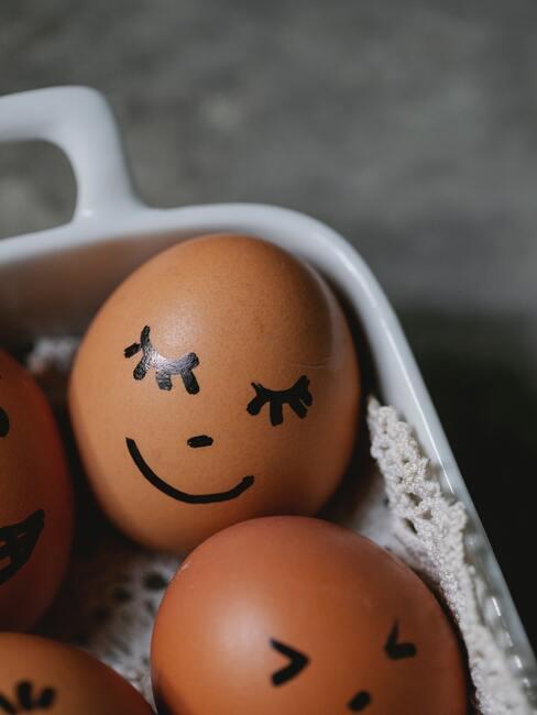 eieren in een witte schaal met een gezichtje erop