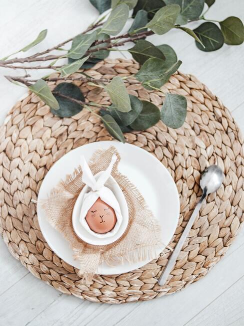 Paasei met een strik op jute placemat