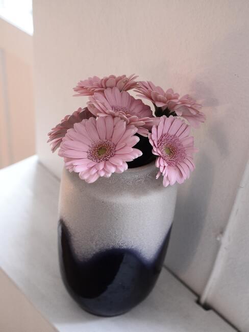 Roze bloemen in vaas