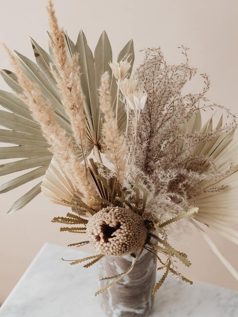 Natuurlijke gedroogde planten en bloemen voor op de paastafel