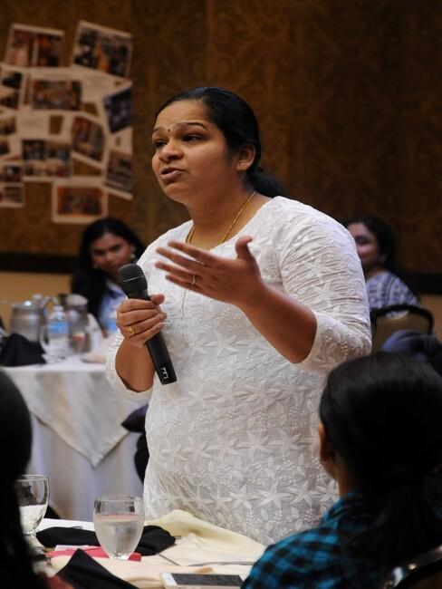vrouw stelt een vraag met microfoon