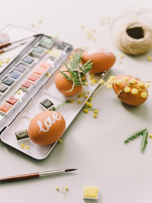Verf en gekleurde eitjes