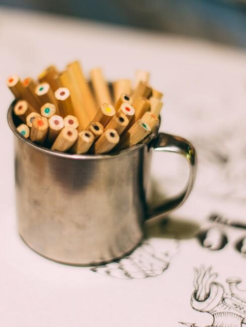 Beker met verschillende kleuren potloden
