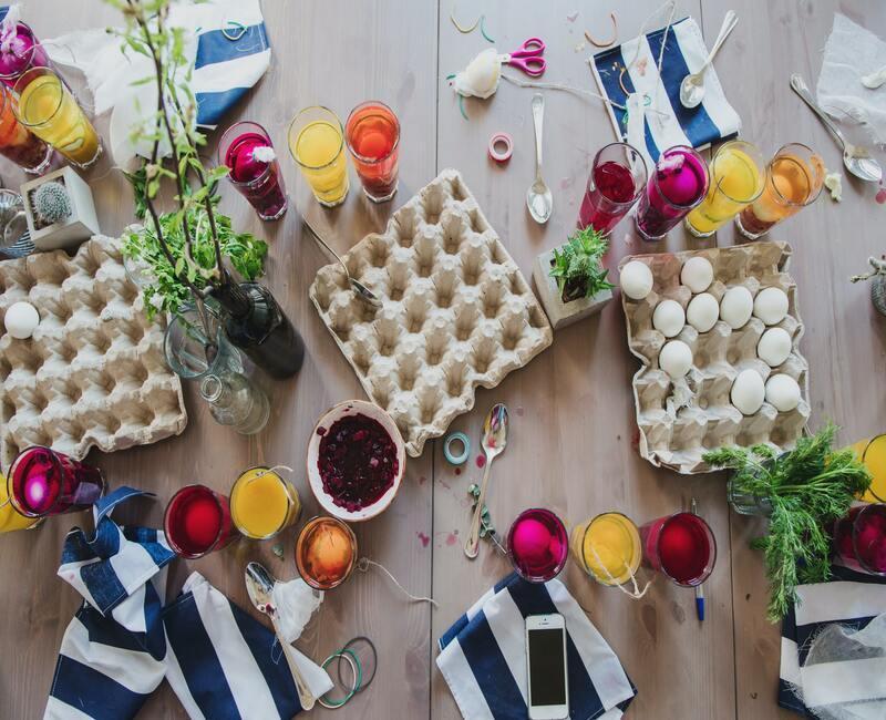 Kartonnen eierdozen en verf badjes voor het schilderen van eieren