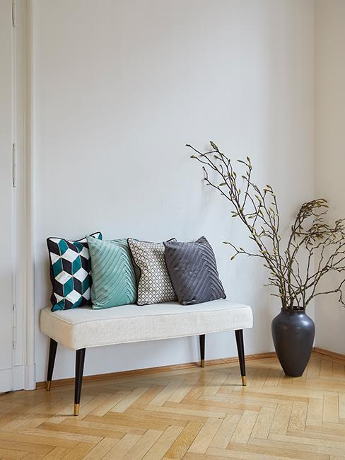 Witte zitbank met gekleurde kussens