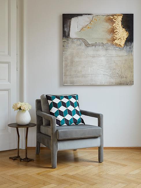 Grijze gestoffeerde velvet stoel met gekleurd kussen