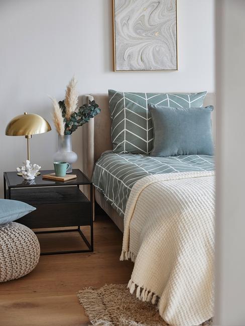 blauw dekbed met houten fotolijs