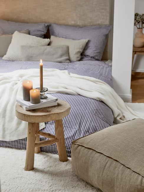 blauw dekbed met houten tafel