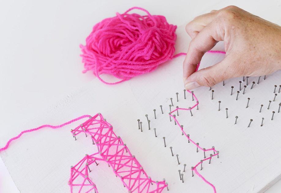 String art : DIY huisdecoraties met roze garen