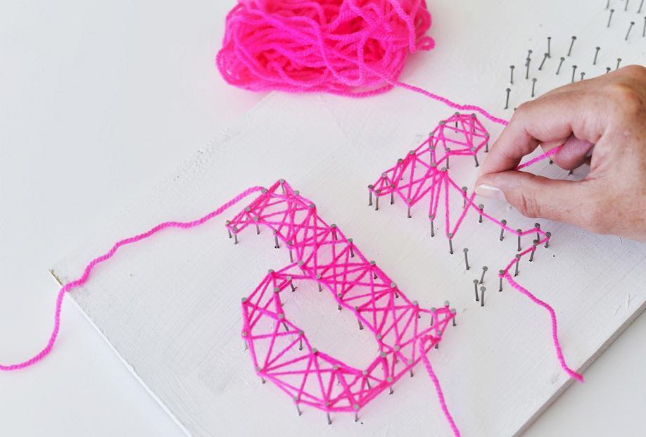 DIY string art letters vormen met roze garen