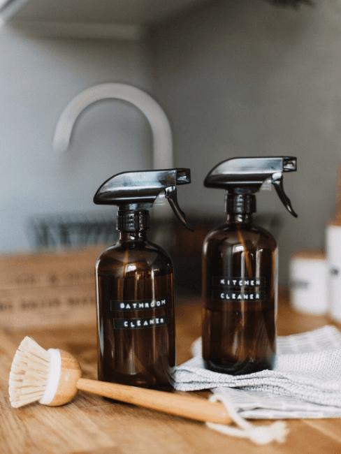 afwasborstel en twee sprayflacons benodigdheden om zelf wasmiddel te maken