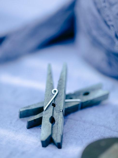 twee blauwe wasknijpers op een blauwe ondergrond