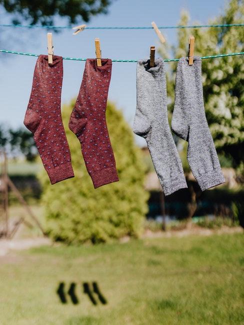 twee paar sokken drogen buiten aan de waslijn