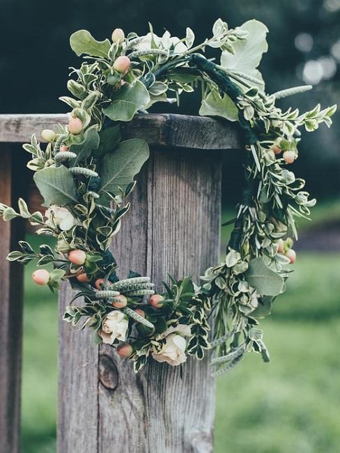 bloemen in een decoratieve vorm hangend aan een hek