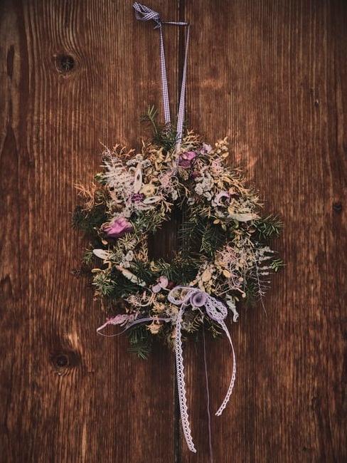 bloemenkrans aan een houten deur
