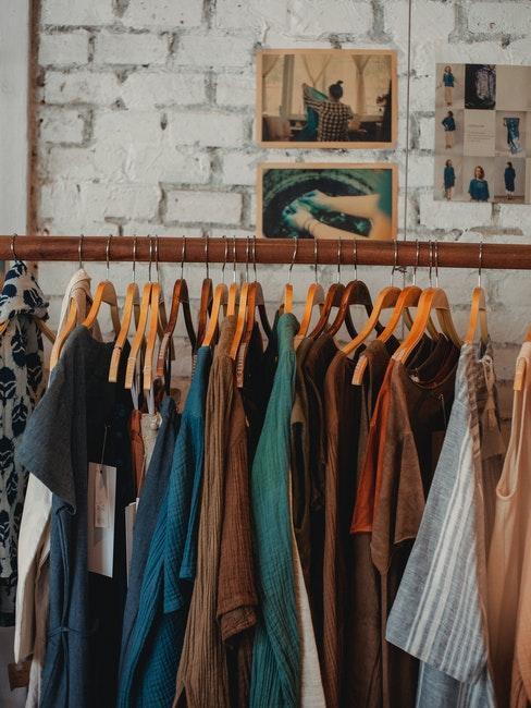 houten kapstok met houten hangers met kleren