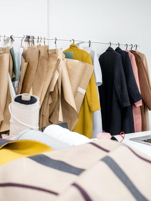 kleurrijke kleding op een hanger