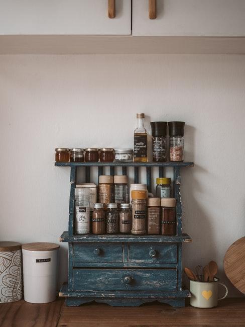mooie chunky dressoir in blauwe tinten met voedselcontainers