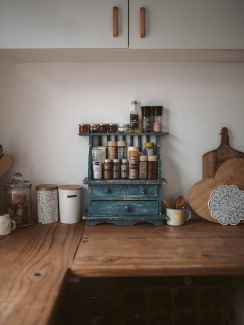 kruidenrek maken: mooie chunky dressoir in blauwe tinten met voedselcontainers