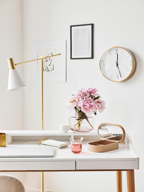 Grote tafellamp in goudkleurig op wit bureau