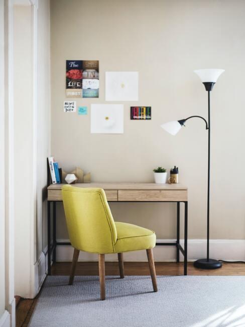Zachte fluwelen fauteuil naast een bureau