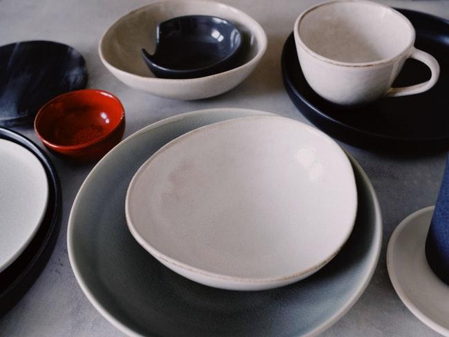 porselein schilderen: porseleinen serviesgoed in gedempte kleuren