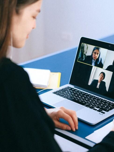 vrouw geeft speech aan team via laptop
