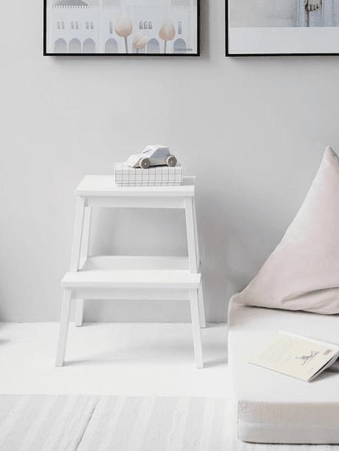 Wit nachtkastje met decoraties