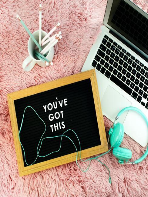 laptop en mok op bureau