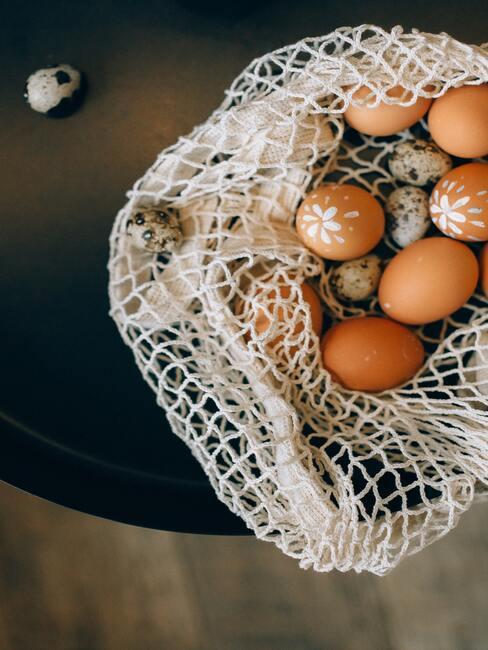 Geschilderde paaseieren in wit net