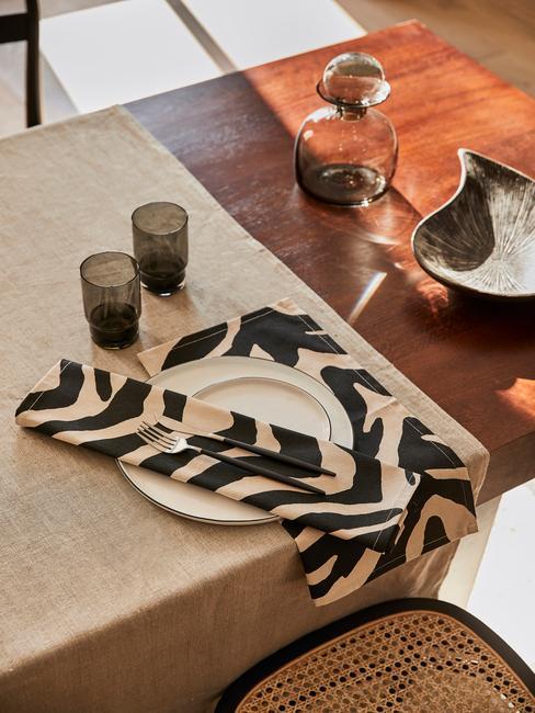 Modern gedekte paastafel met zwart wit textiel