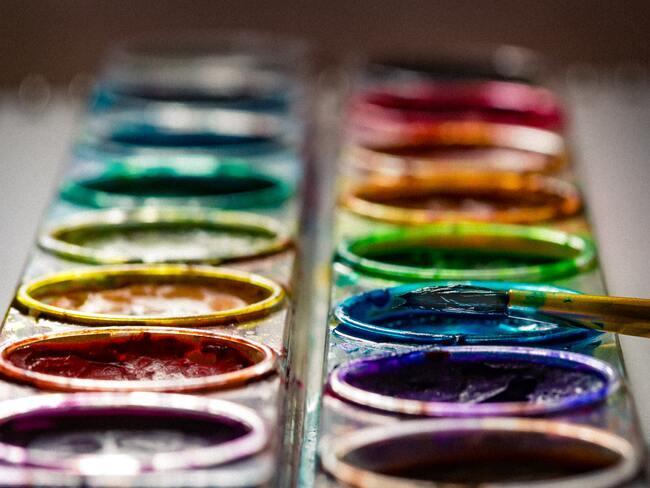 verschillende kleuren verf in een houder