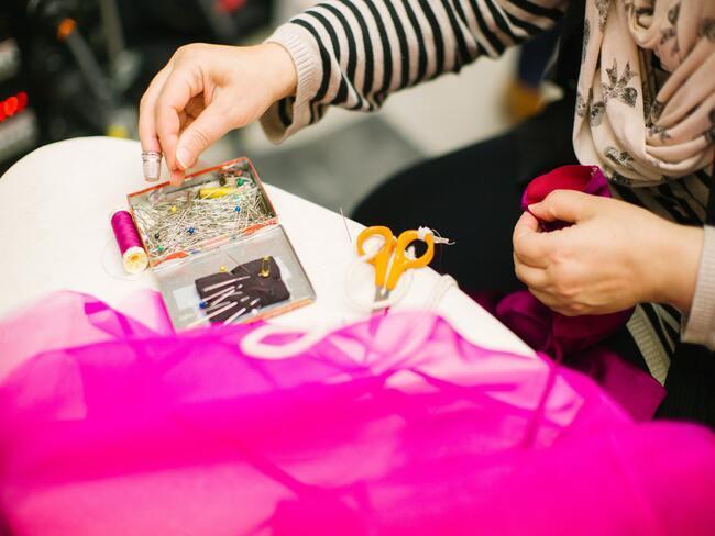vrouw naait kleding