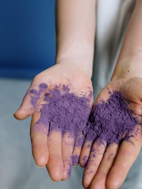 paars poeder om stof te verven