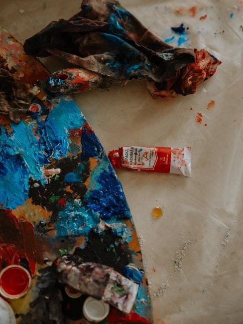 palet om te schilderen met verschillende kleuren verf