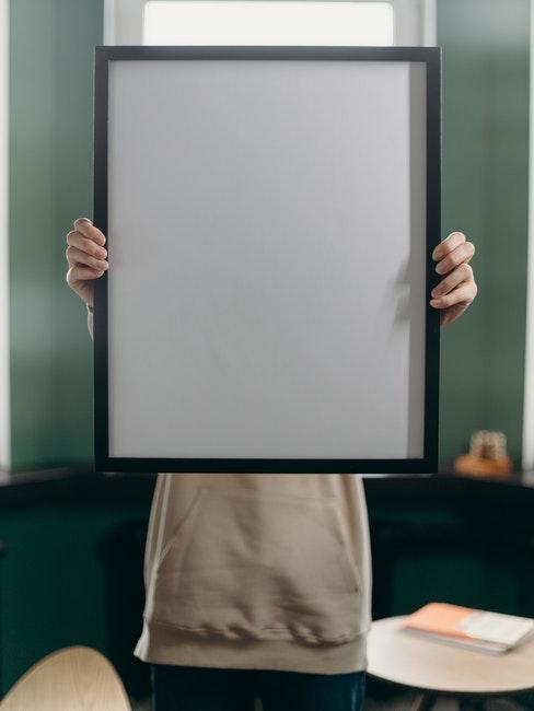 een frame met zwarte lijst